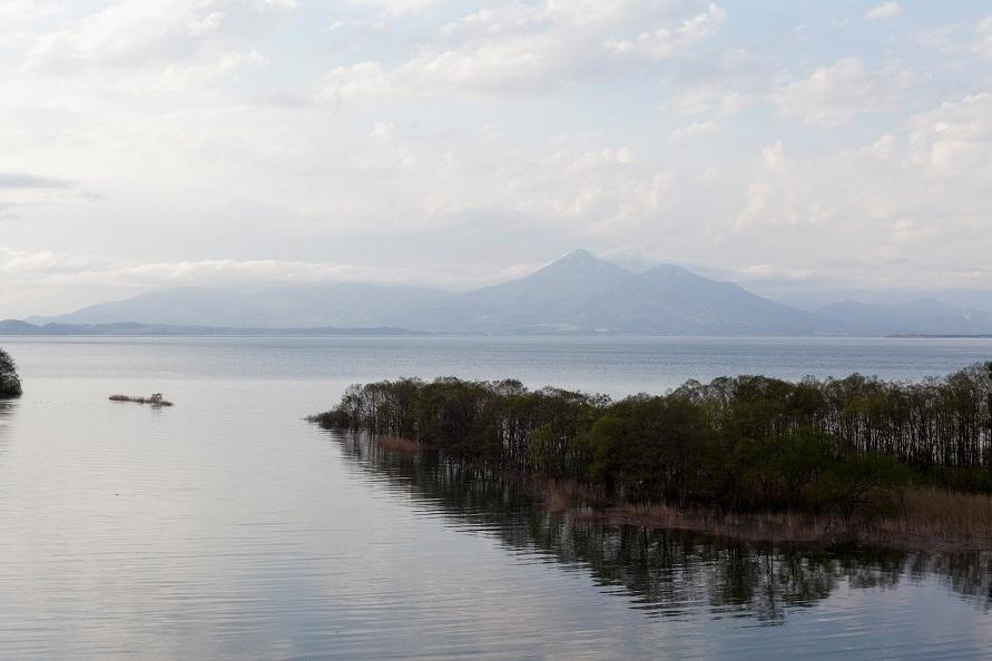 春の猪苗代湖