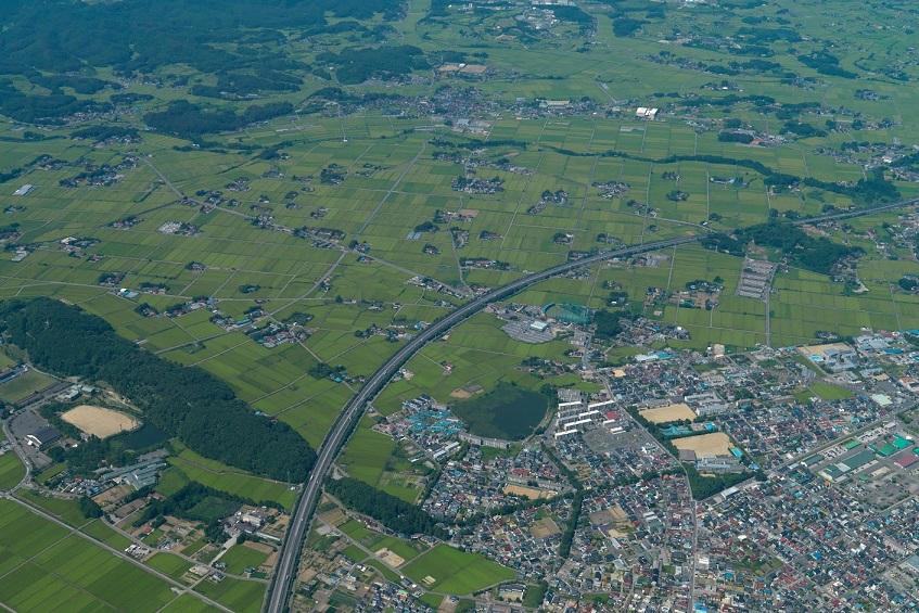 空から見た郡山市の街と田園風景