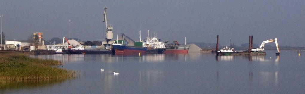 Ein Frachtschiff wird im Seehafen entladen