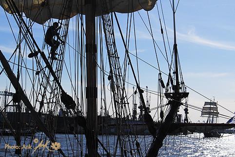 """_up in the sky_ 826. Hamburger Hafengeburtstag. Im Vordergrund hat die Russen-Fregatte """"Shtandart"""" an den Landungsbrücken angelegt. Foto: (c)Ank, 5/2015"""