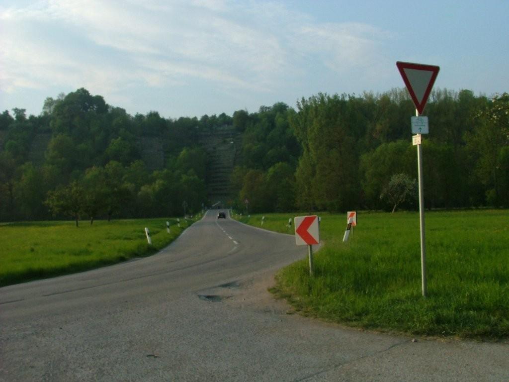 Fahren Sie hier auf der Landstraße zur Enzbrücke.