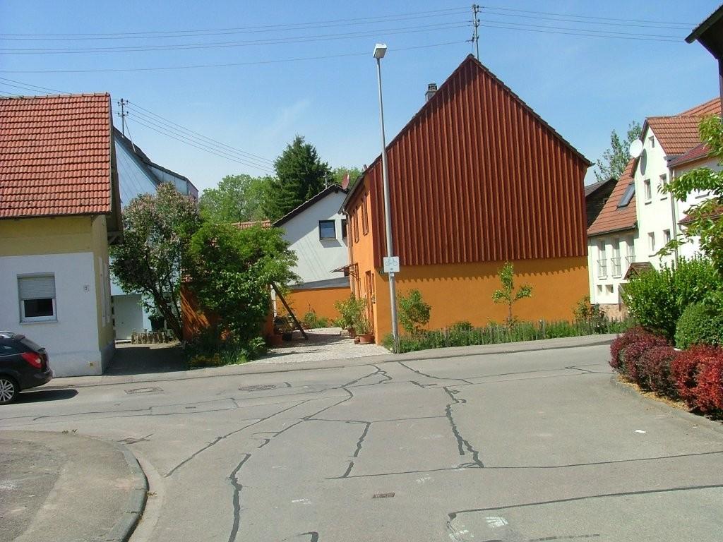 An der Hauptstraße von Kleinbottwar geht es rechts weiter, dann wieder links, und auf dem Alb-Neckar-radweg weiter bis nach Großbottwar.
