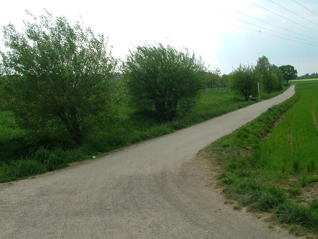 Jetzt geht es rechts am Wassergraben am Eselspfad entlang weiter Richtung Möglingen