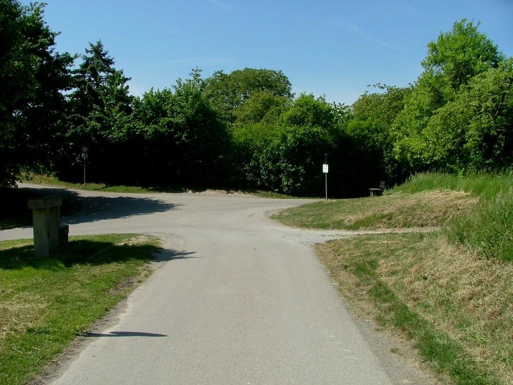 Vom Hohlweg stoßen Sie auf diese Kreuzung. Jetzt rechts abbiegen.