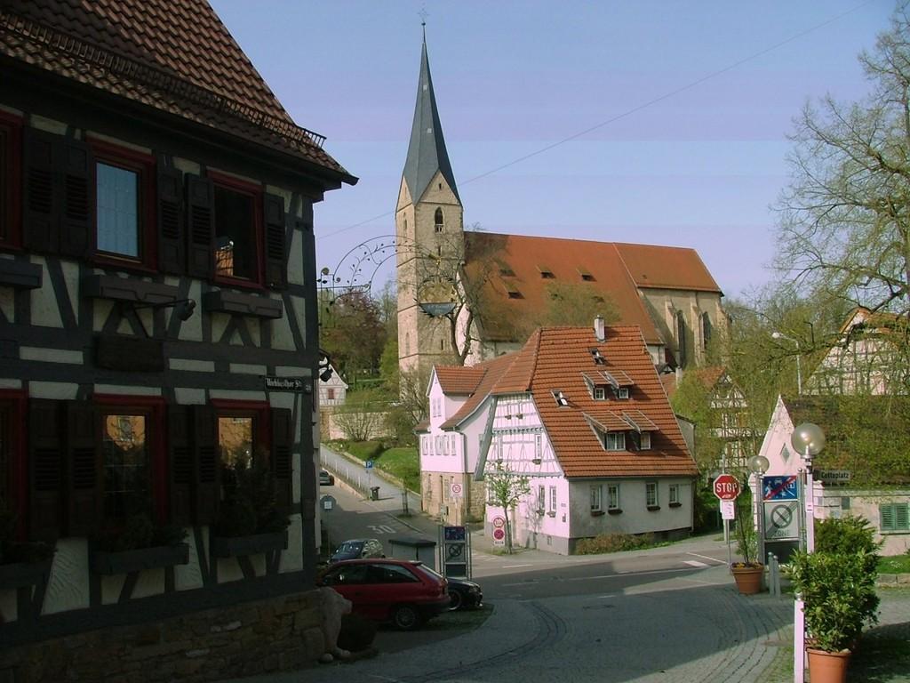 Marbacher Kirche in unmittelbarer Nähe des Marbacher Bahnhofs.