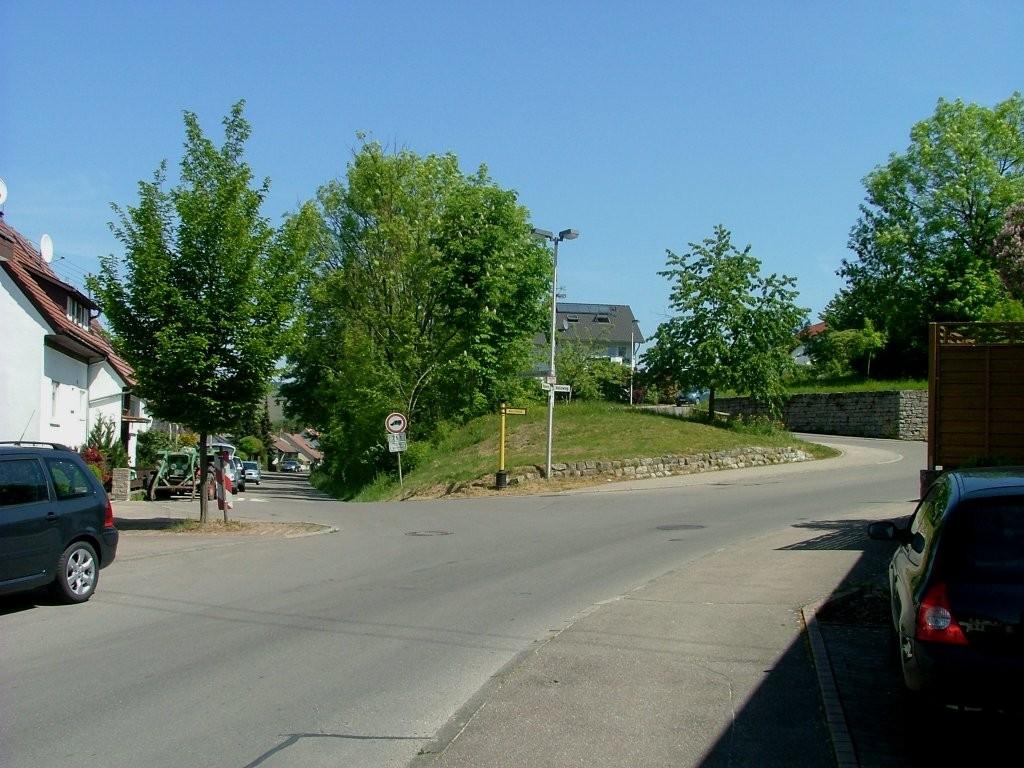 Der Lammgasse folgen, dann kommen Sie über die Klosterstraße an diese Gabelung. Hier rechts weiter den Berg hinauf fahren.