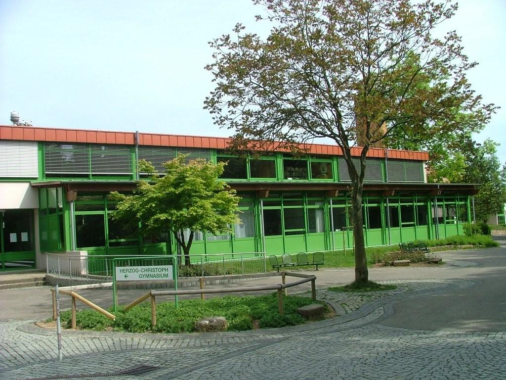 Nun kommen Sie am Horzog-Christoph-Gymnasium vorbei.