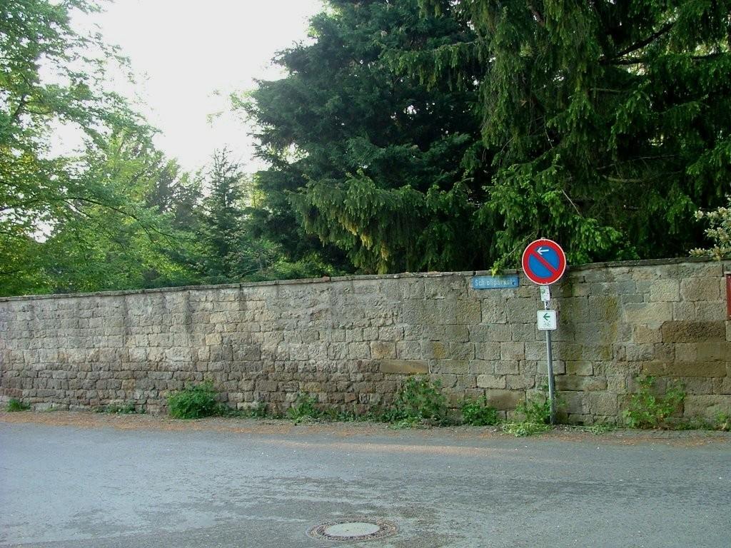 Nach dem Industriegebiet geht es rechts in die Enzstraße. Danach links in den Burgweg, über den Sie zur Schlossparkstraße gelangen.