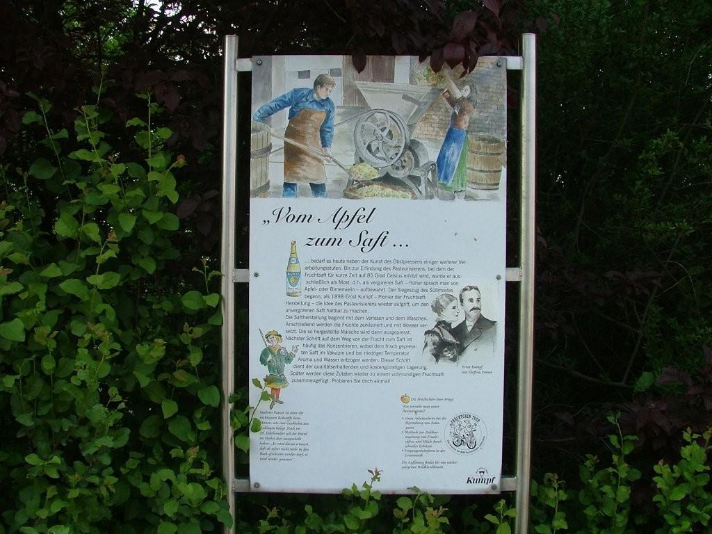 An der Straße zum Industriegebiet steht nochmal eine Infotafel zum Thema Streuobst.