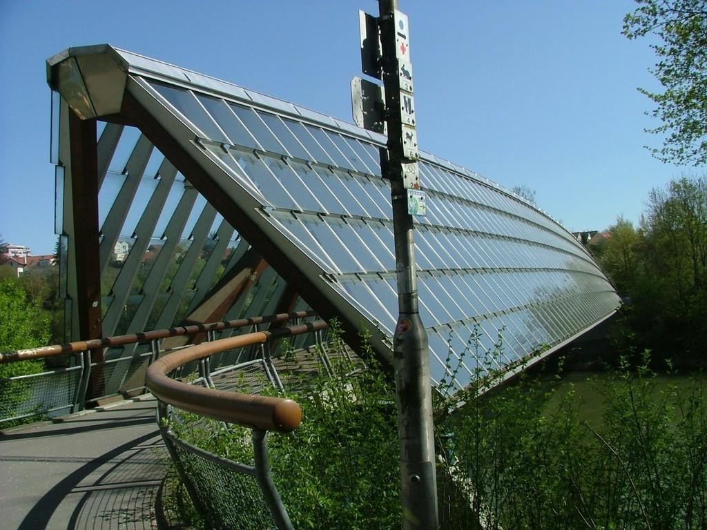 Die imposanten Holz/Glas-Brücken über Neckar und Rems sind seit ihrem Bau 1988 das Wahrzeichen der Reformkommune.
