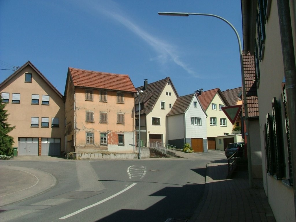 Über die Bachstraße weiter zu dieser Kreuzung fahren, wo Sie nach links in die Heilbronner Straße abbiegen.