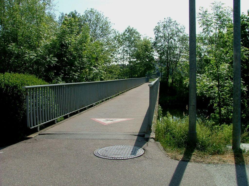 Am Orstausgang von Untermberg fahren Sie rechts über die Enzbrücke.