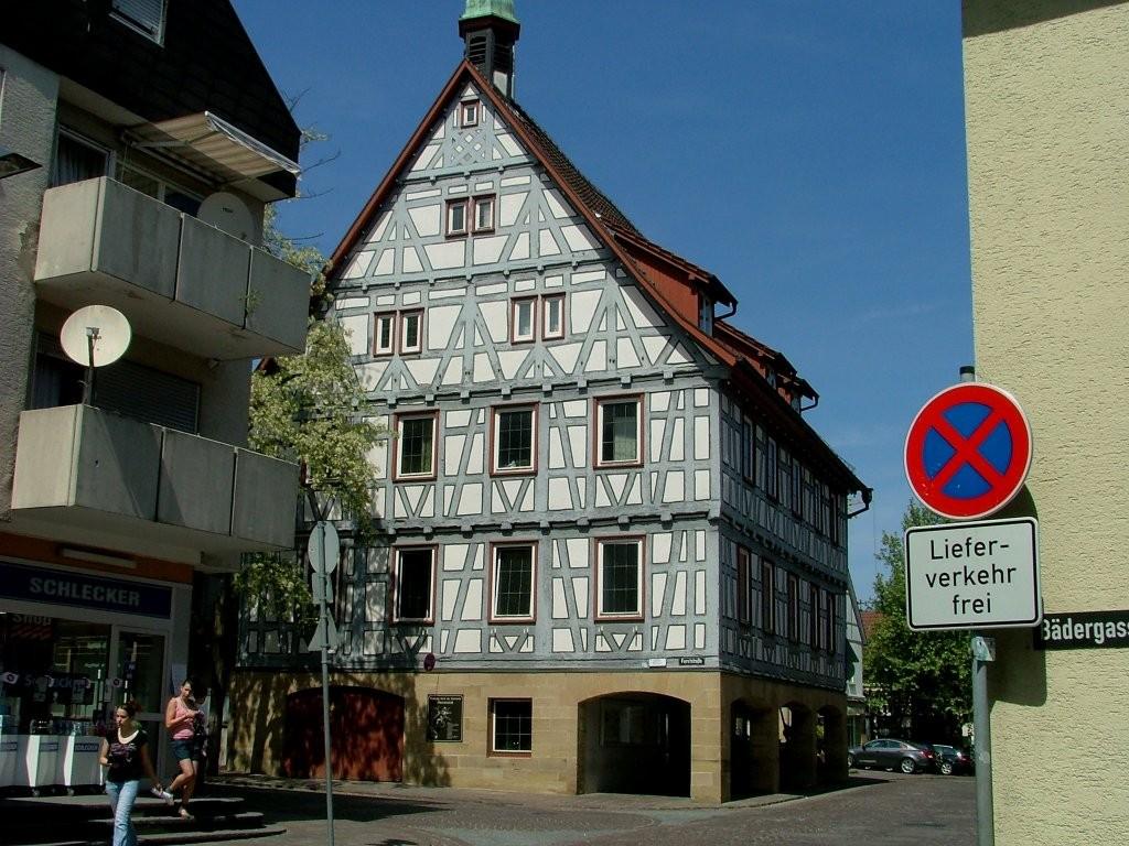 In der Altstadt angekommen biegen Sie vor dem rathaus links ab.