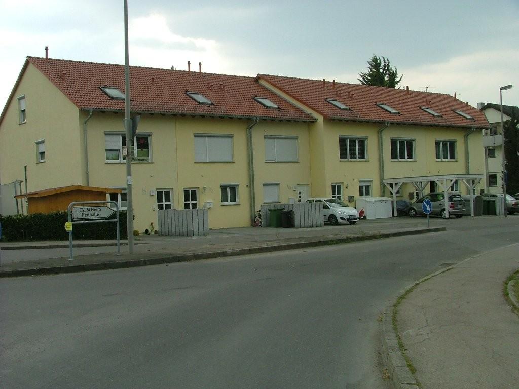 Biegen Sie nun rechts ab in die Mühlwiesenstraße, der Sie bis zum Ortsende folgen und dort links über die Bahngleise fahren.
