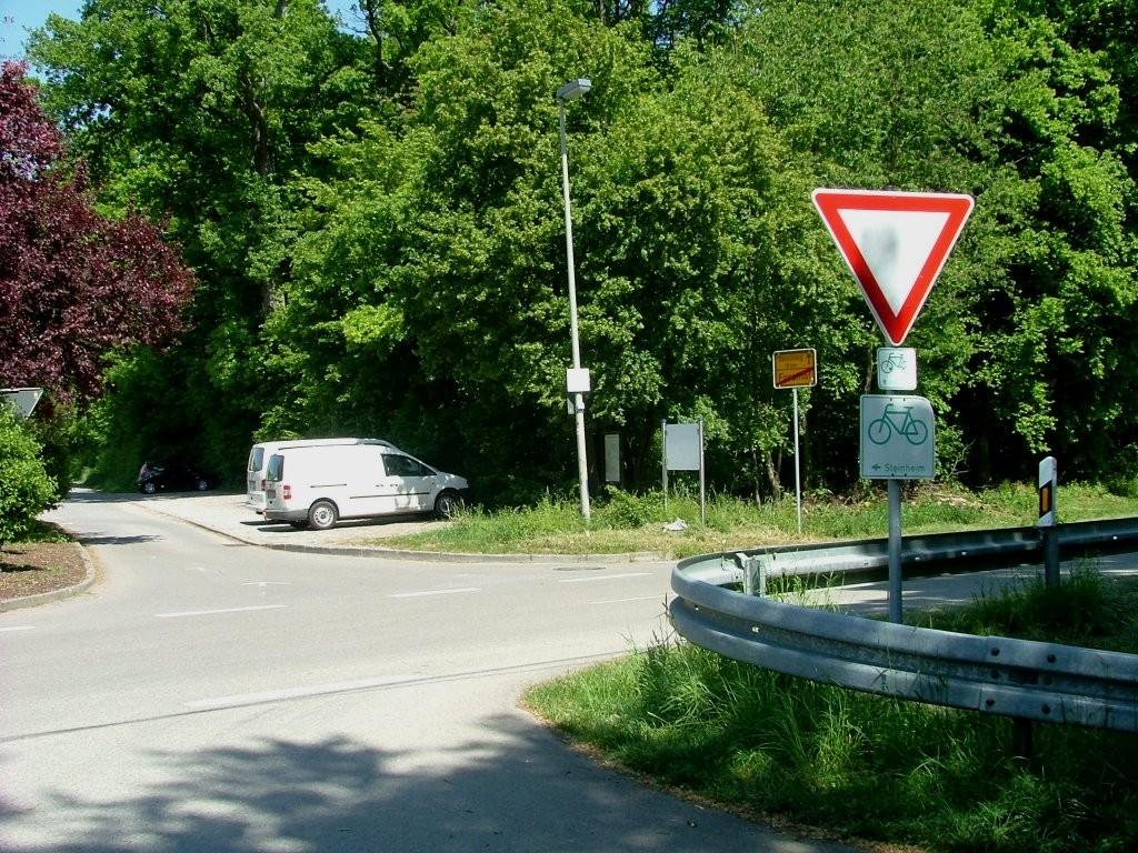 Vor dem Forsthof überqueren Sie die Landstraße und biegen dann gleich nach links in den Hof hinein.