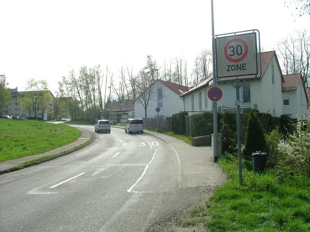 Bei Marbach-Hörnle geht es an diesen Häusern vorbei. An der Rechtskurve rechts in einen Radweg abbiegen-