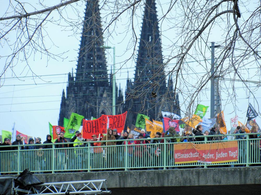 Demozug vor dem Kölner Dom, Foto: F. Handel