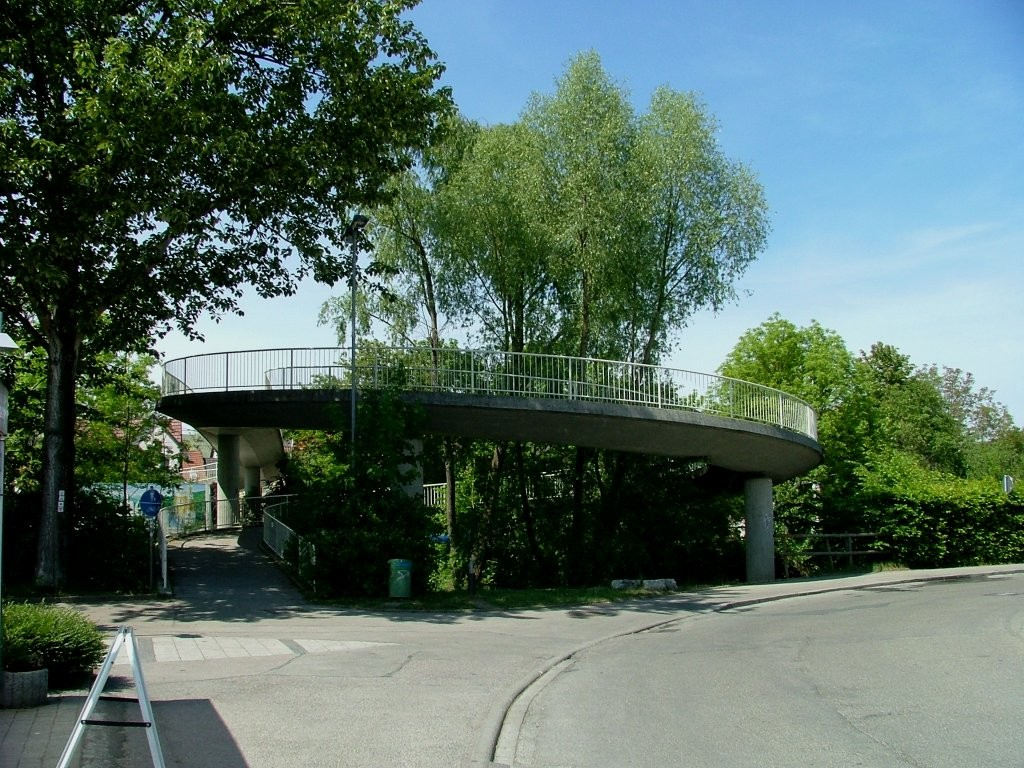 In Oberstfeld angekommen geht es zunächst durch ein Wohngebiet. Dann kommen Sie zu den Sortanlagen, wo Sie die Landstraße nach links über eine Schneckenbrücke überqueren.