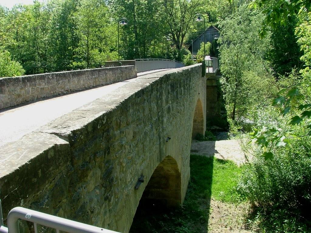 Fahren Sie hier über die alte Murrbrücke (1603 erbaut).
