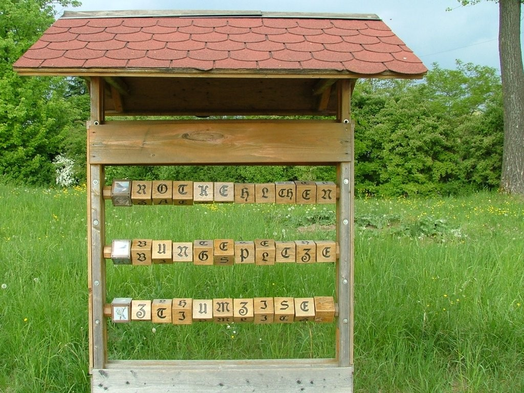 Auf der Linken Seite steht hier ein Holz-Buchstaben-Puzzle mit Vogelnamen.