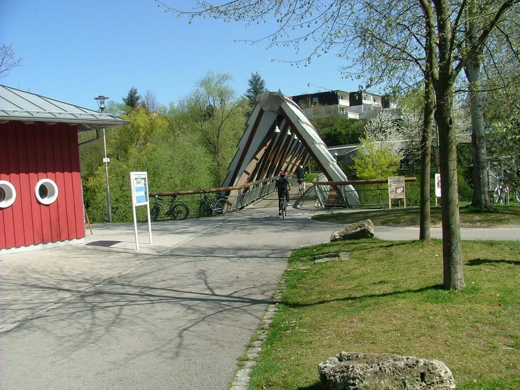 Unmittelbar nach der Neckarbrücke kommt die Glemsbrücke