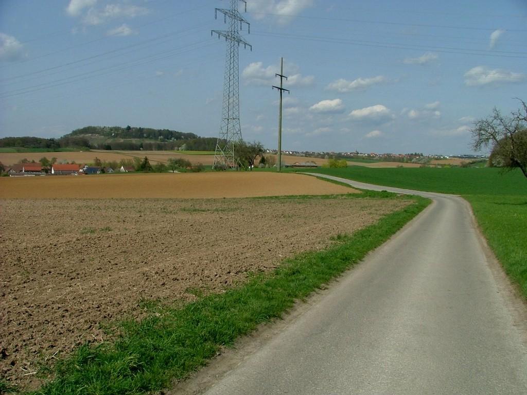 Der Weg führt weiter nach Siegelhausen hinunter. Im Hintergrund ist ein weiteres Ziel der Lemberg zu sehen.