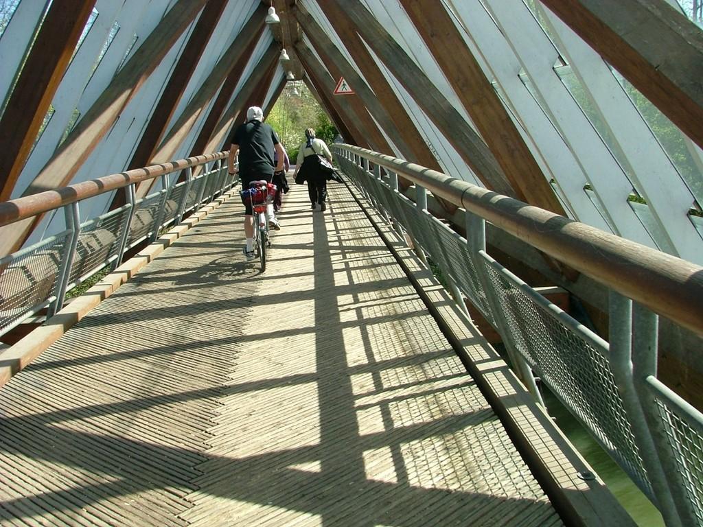 Mit 80 Metern ist dies die längste freitragende Holzbrücke der Welt.
