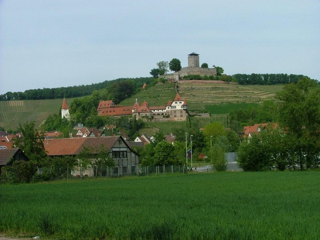 NAch dem Industriegebiet öffnet sich der Blick auf die nahe Burg Hohenbeilstein.