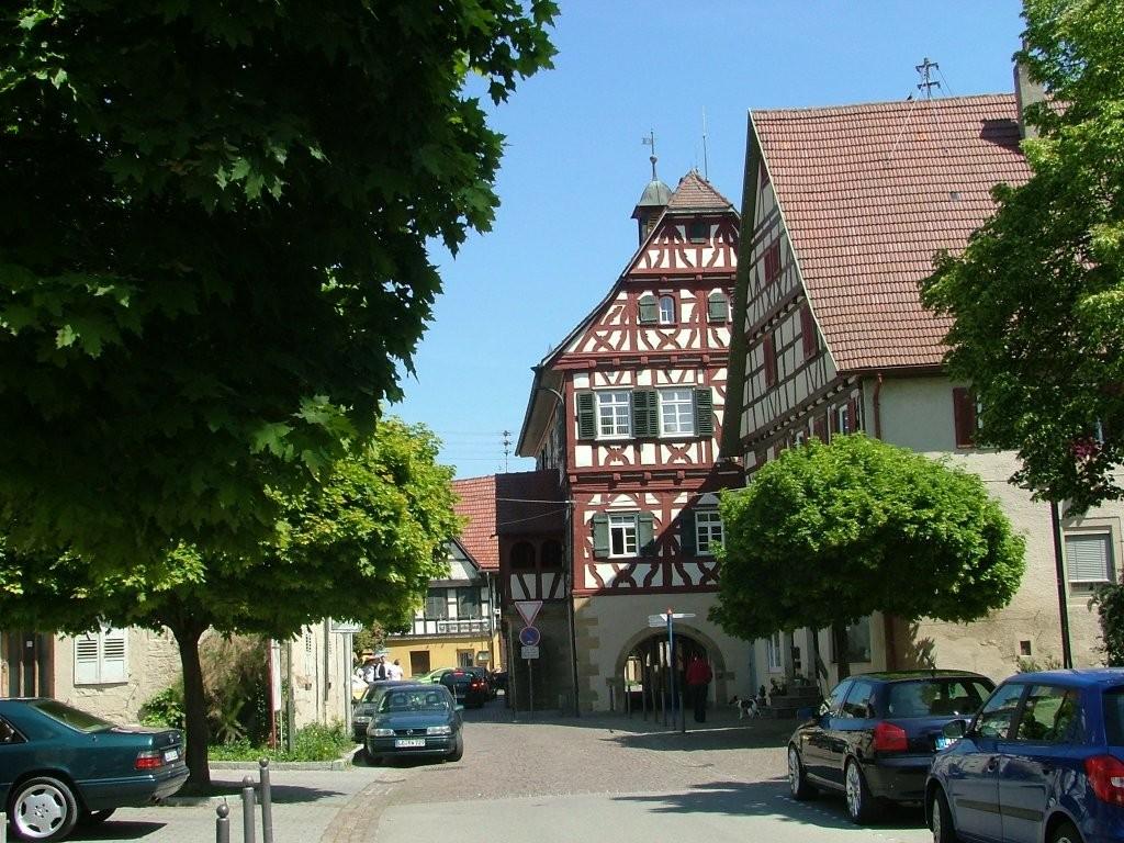 Hier geht es am Rathaus und Marktplatz vorbei zur Hauptstraße. Auf dieser wenige Meter nach rechts fahren, dann überqueren und nach links in die Lammgasse abbiegen.