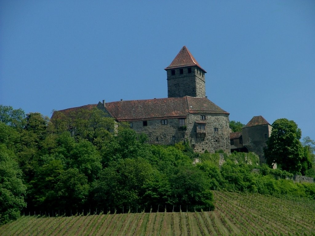 Am Ende des schmalen Weges werden Sie für Ihren Mut mit einem Blick auf die Burg Lichtenberg belohnt.