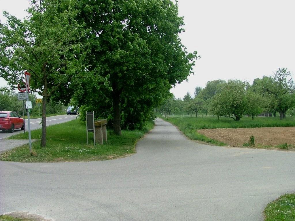Nachdem Sie nun am Heiligenwiesle entlang hinauf gefahren sind, kommen zur Landstraße, entlang derer Sie Richtung Markgröningen weiterfahren.