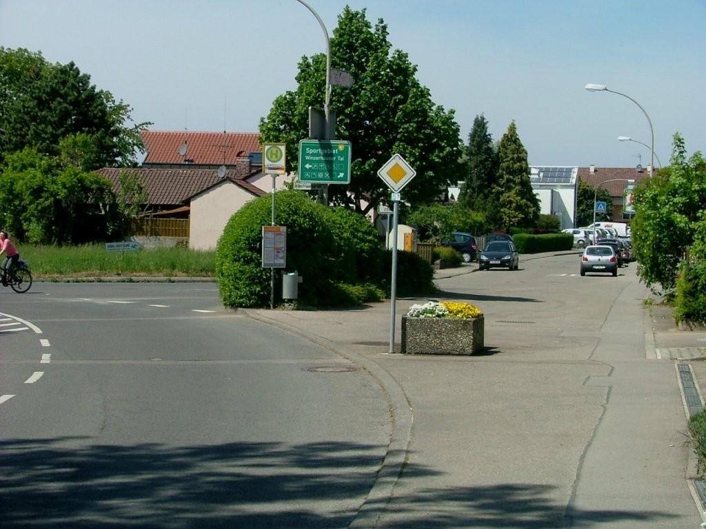 Folgen Sie hier rechts den Schildern. Am Ortsausgang kommen Sie an einem Reiterhof vorbei.