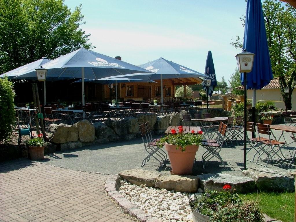 Dann kommen Sie an einem Biergarten des Forsthofen vorbei und befinden Sie auf dem Weg hinab nach Kleinbottwar.