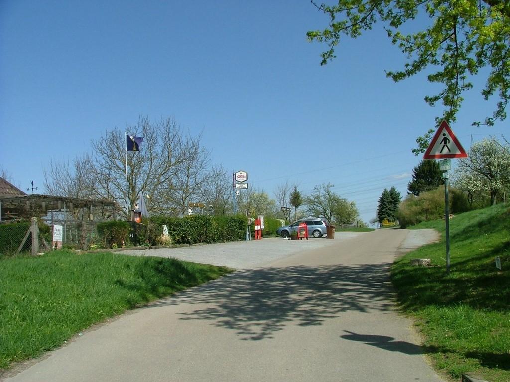 Am Ortsausgang gehts an der Gaststätte Kleintierzuchtverein vorbei