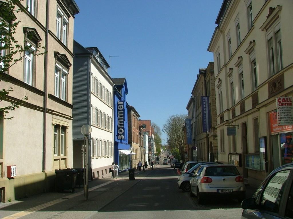 Entlang der Alleenstraße führt ein Radweg, der Sie zum Stadtrand bringt.