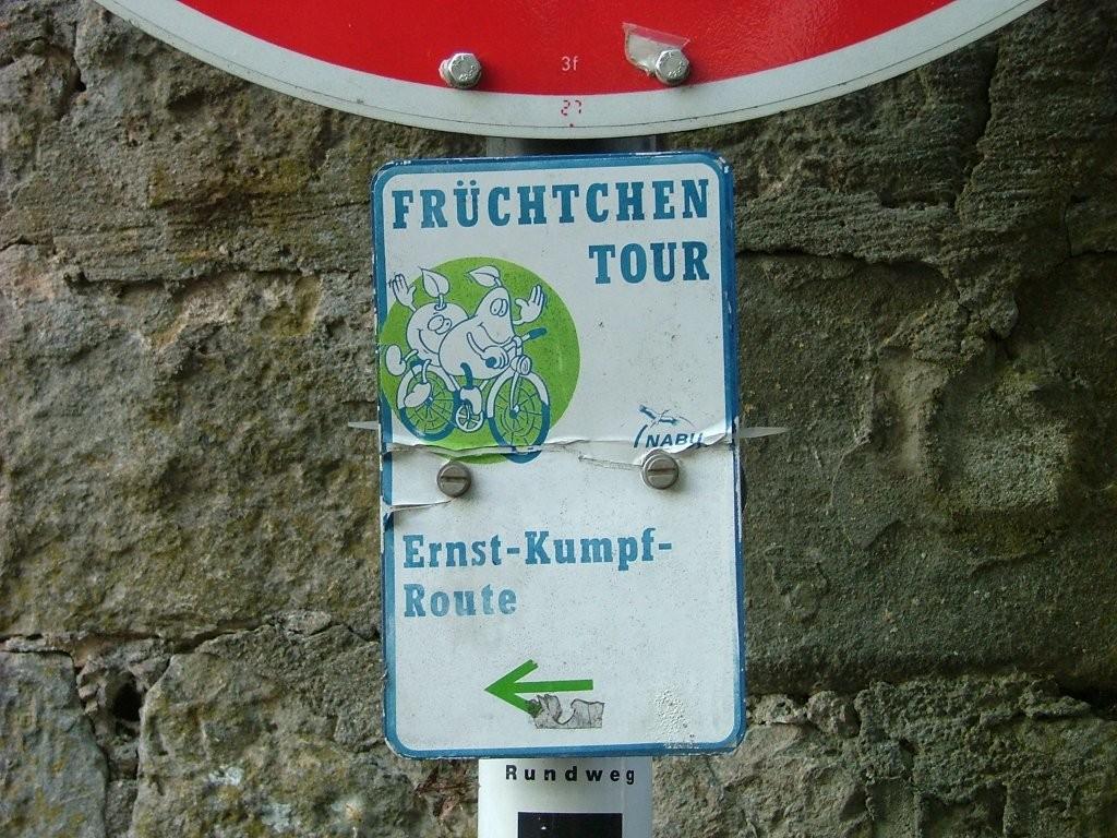 Bei der Schlossparkstraße biegen sie links ab.