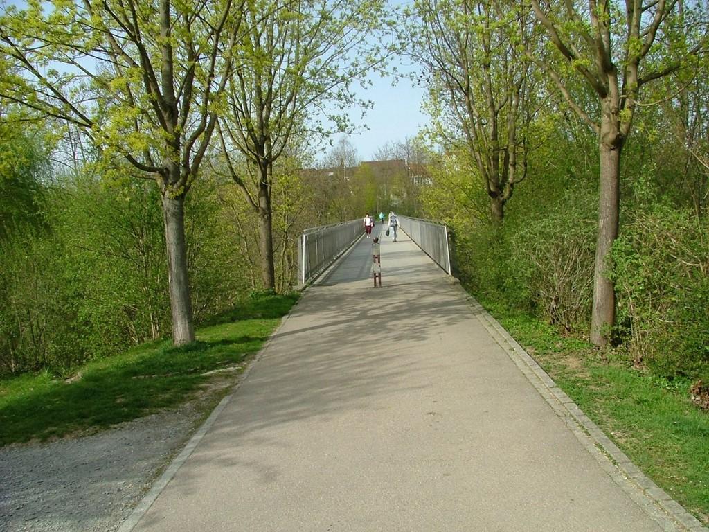 Nun geht es über eine imposante Radbrücke, die zur Schillerhöhe führt.