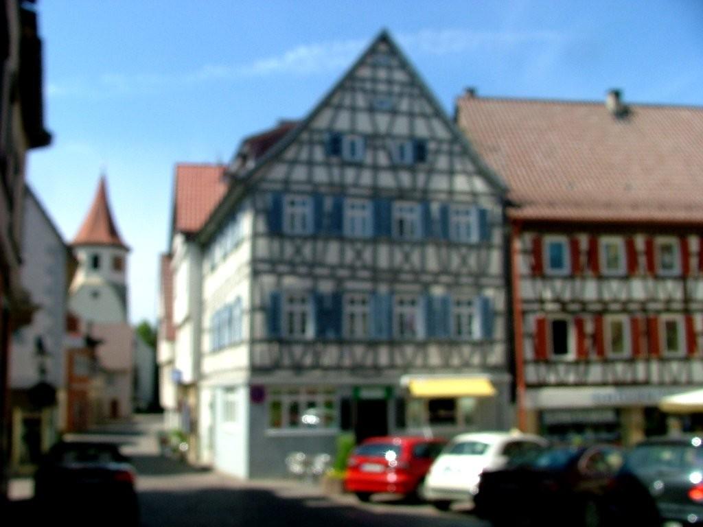 Vor dem rathaus rechts abbiegen, am Marktplatz und dem blauen Fachwerkhaus (leider auch unscharf) vorbei fahren.