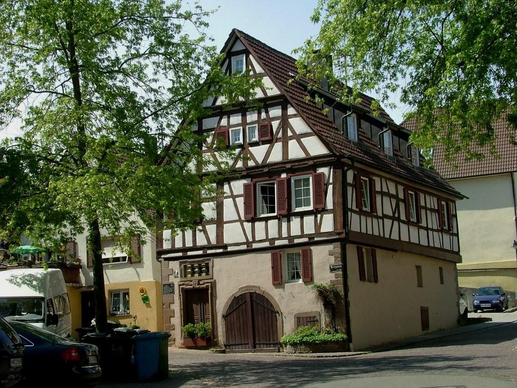 An diesem Fachwerkhaus vorbei geht es nun ein gutes Stück auf der Forststraße den Berg hinauf.