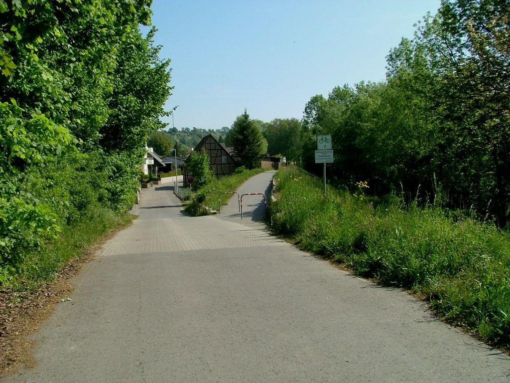 Vor Untermberg biegen Sie rechts ab und fahren auf dem Damm weiter.