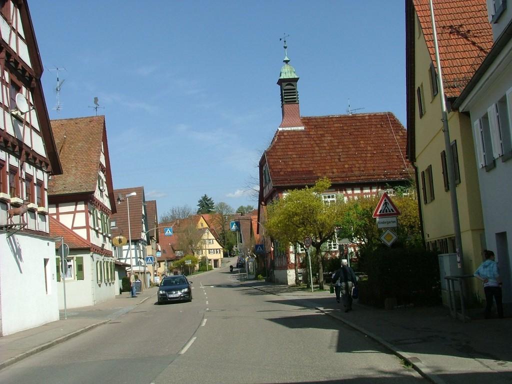 In Bittenfeld kurz vor dem Rathaus und der Kirche links abbiegen nach Siegelhausen.