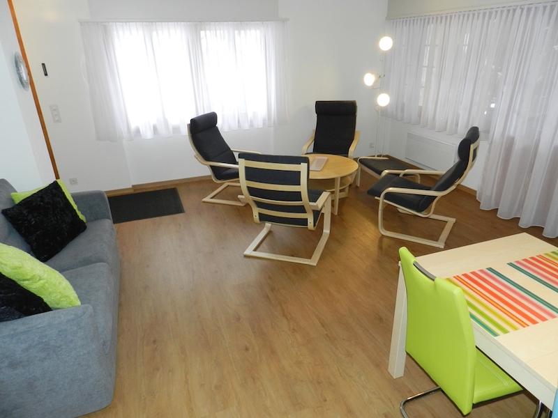 Wohnzimmer mit TV, Sitzgruppe, Bettsofa und Esstisch
