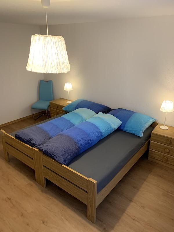 Elternschlafzimmer mit blauer Wäsche