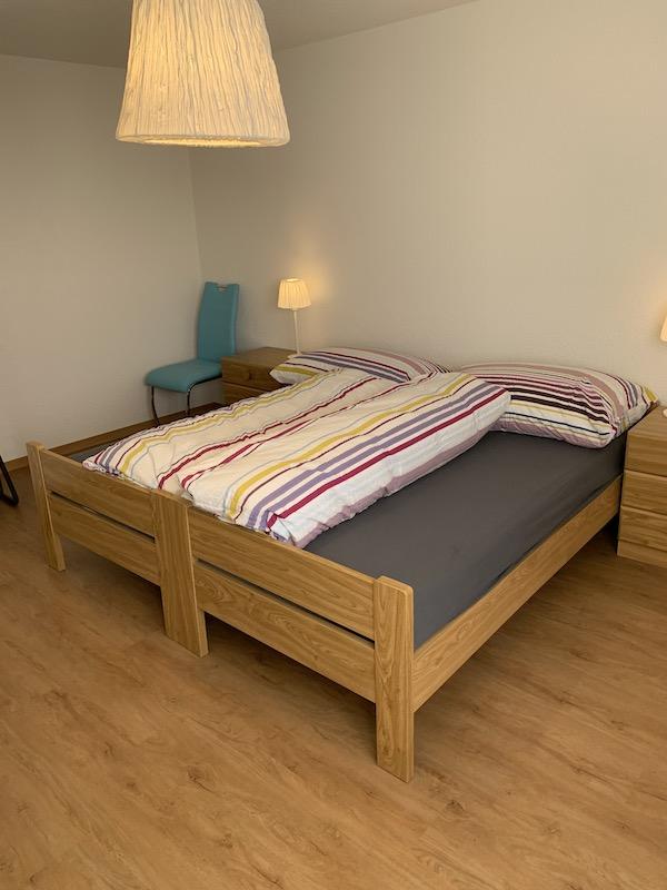 Elternschlafzimmer mit Doppelbett, kann zu Einzelbetten umgebaut werden.