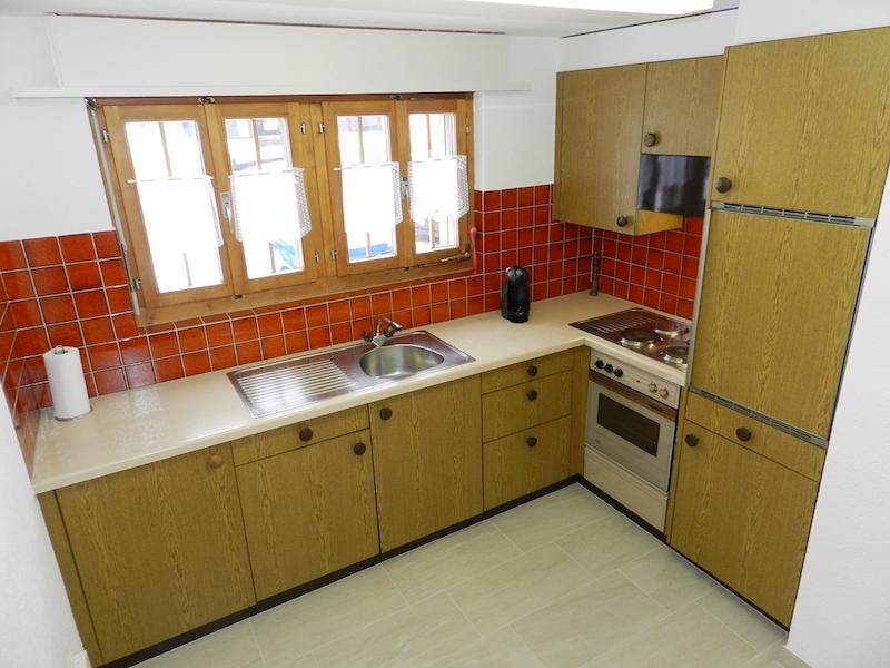 Küche mit Kochherd, Backofen und Essecke