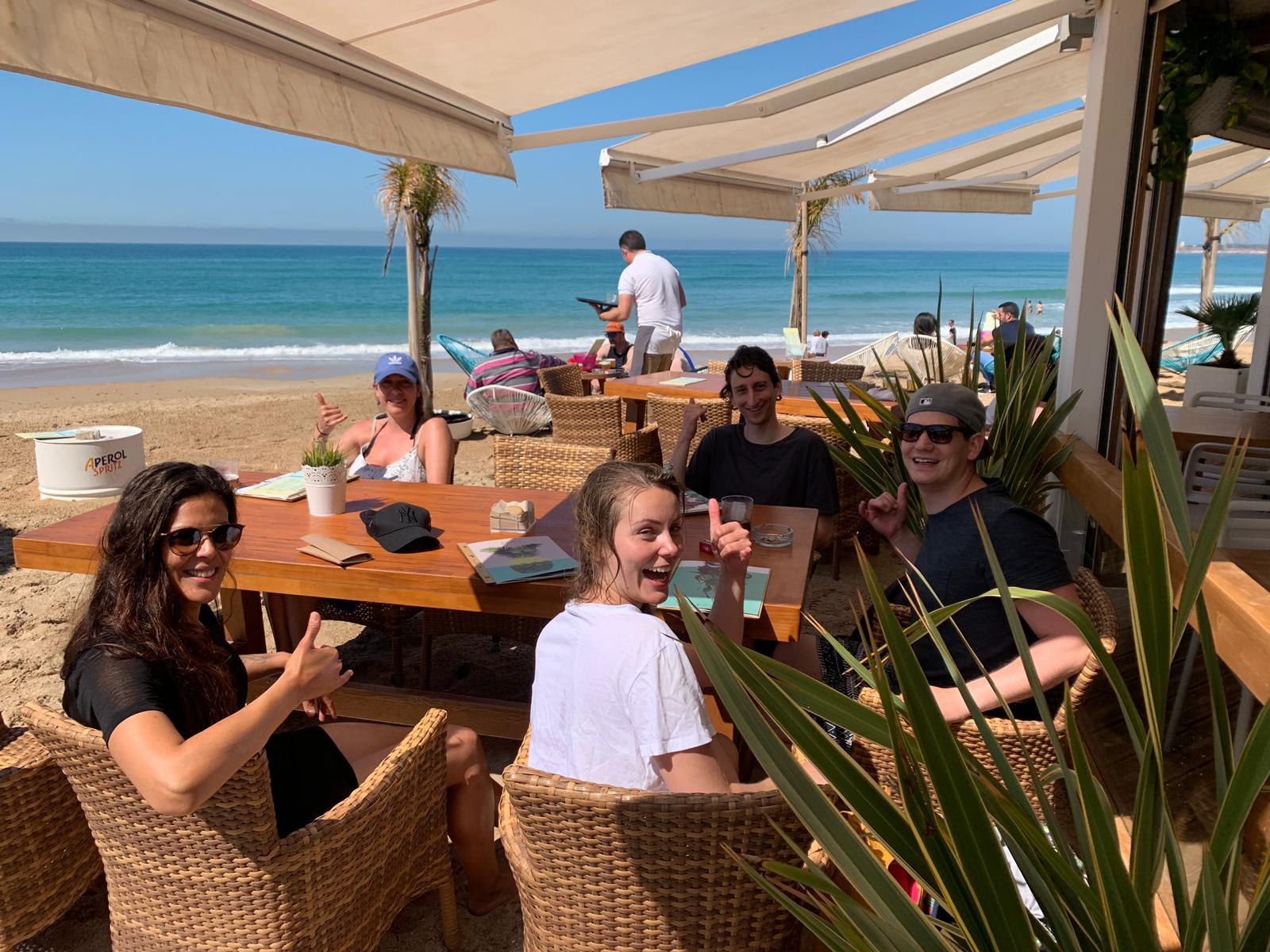 Surfer an der Beach Bar