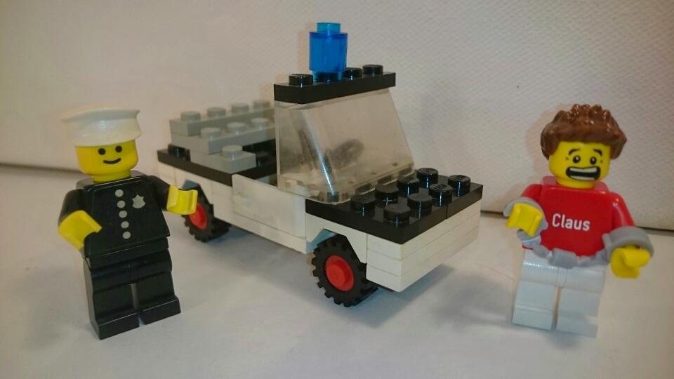 621 - Polizist mit Einsatzwagen