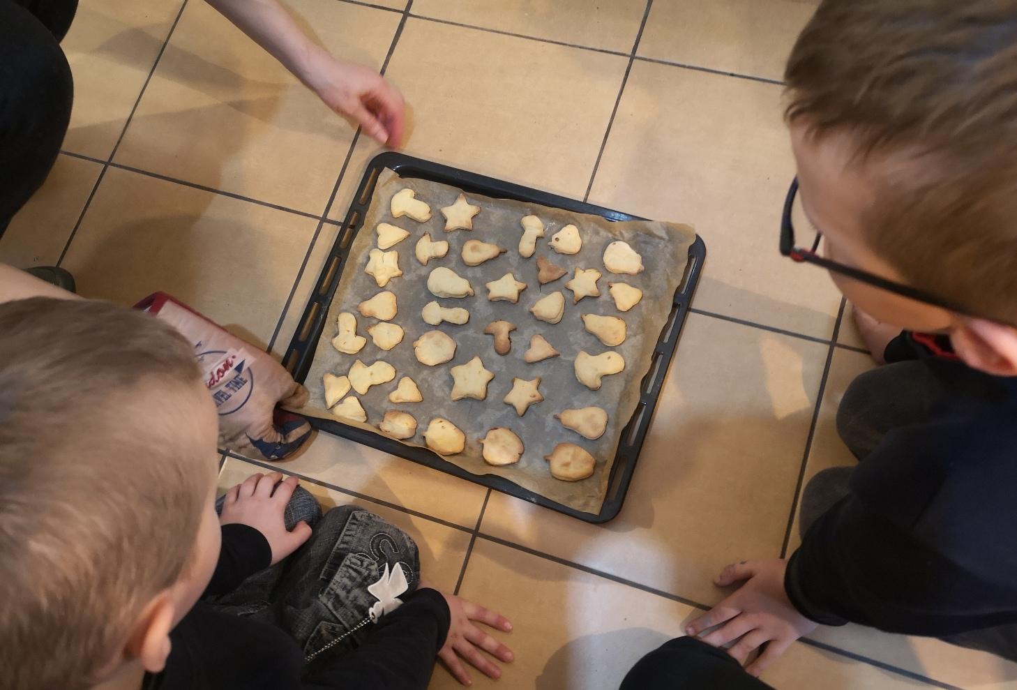 Pirmieji sausainiai iškepė!