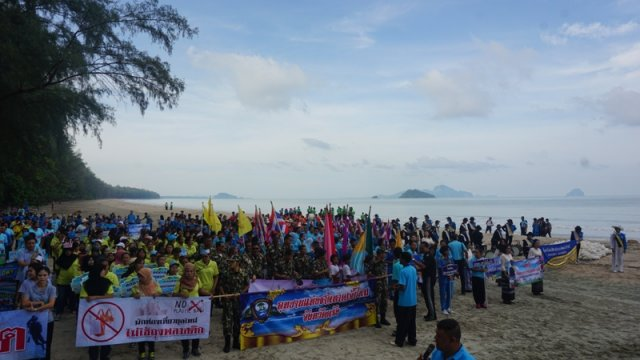 IOI THAILAND: 500 participants took part in a beach clean-up in collaboration with the Trang Province local administrative organisation. Photo credit: IOI Thailand