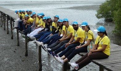 Class of 2018 on the mangrove boardwalk. Image credit: IOI Thailand